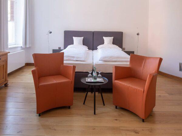 Hotelzimmer Düsseldorf - Business Zimmer geräumig und hell mit größerem Schreibtisch.
